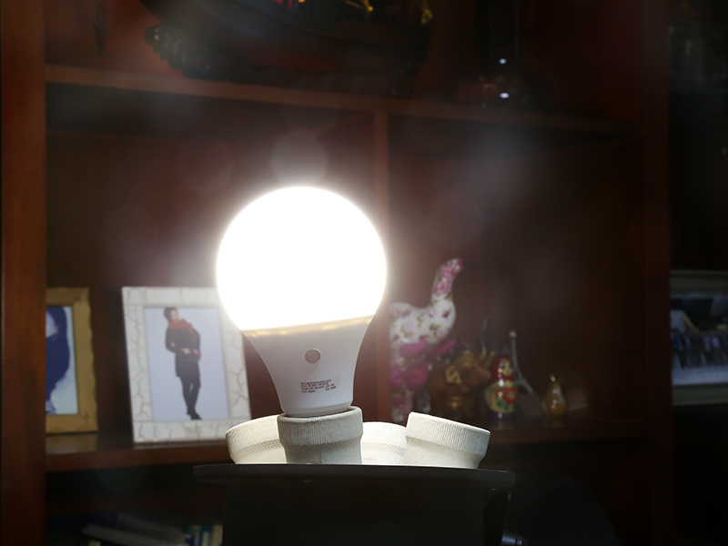 images/electronics-2017/810-Lumen-LED-Bulb-E27-Fitting-9-Watt-4000K-Light-Temp-25000-Life-Span-Built-in-Light-Sensor-plusbuyer_4.jpg